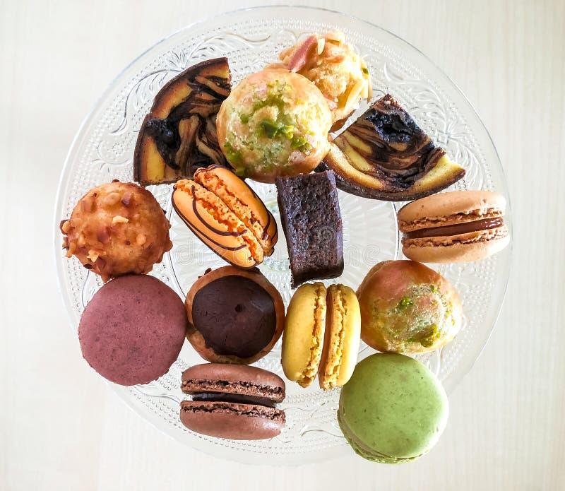 Небольшое печенье десерта с macaron, взглядом сверху, мягким фокусом стоковая фотография rf