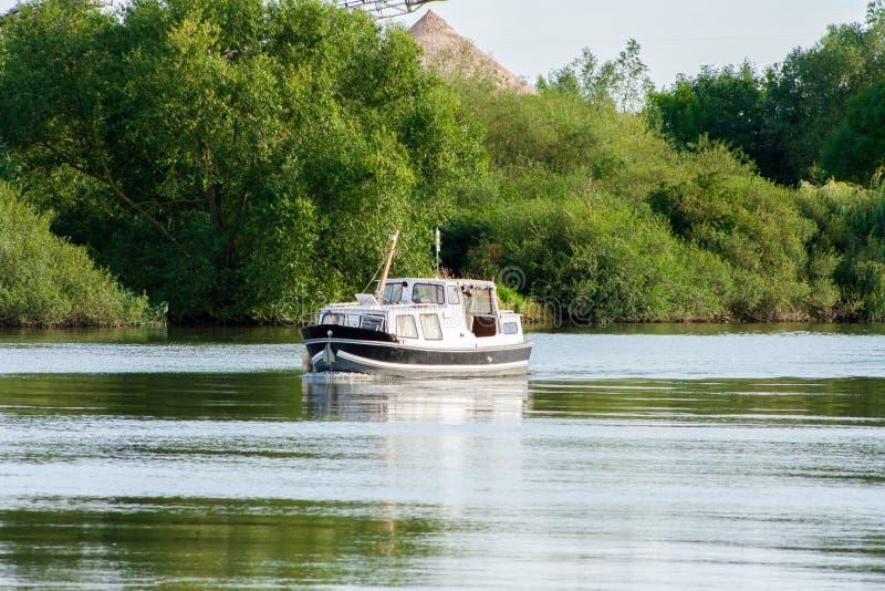 Небольшое плавание яхты на немецком реке Пропуская шлюпка на летний день стоковое изображение