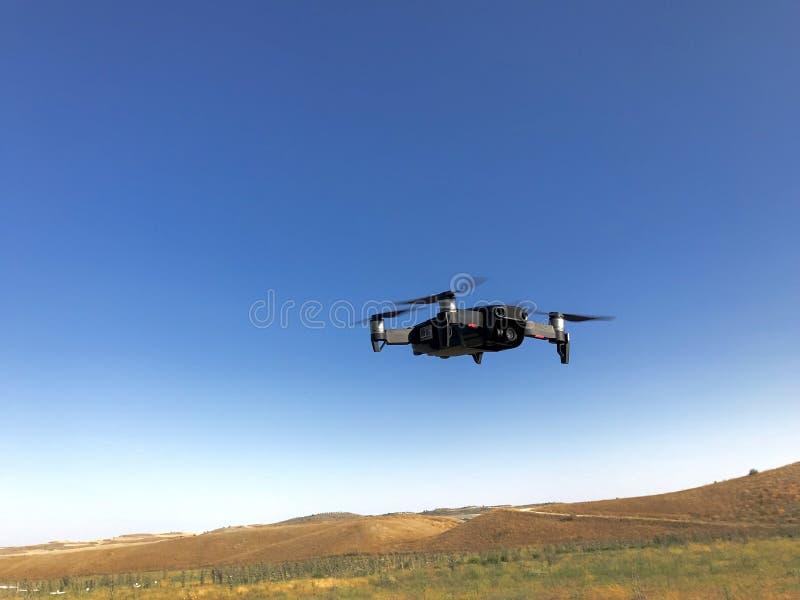 небольшое черное летание трутня стоковые фото