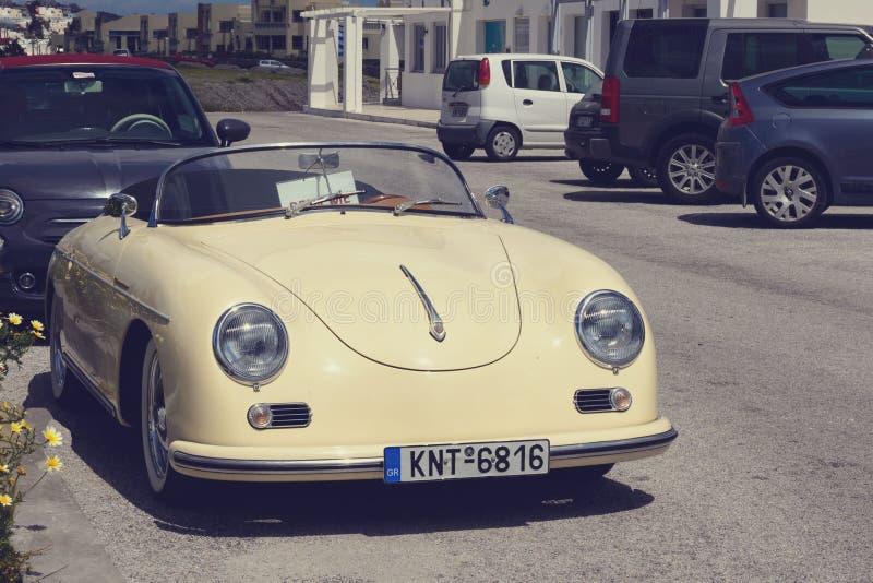 Небольшой автомобиль в ретро стиле в парковке Путешествовать на автомобиле стоковая фотография rf