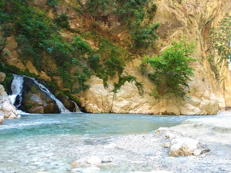 Небольшой водопад в горах. Жаркий летний солнечный день. royalty free stock photo