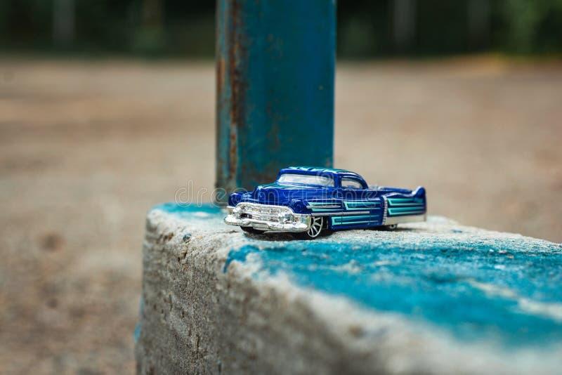 Небольшой голубой грузовой пикап игрушки на старом бетоне стоковое изображение rf