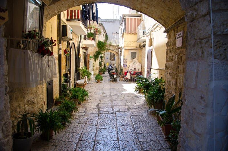 Небольшой двор в городе Бари, области Апулии Apulia, южном Ita стоковые изображения rf
