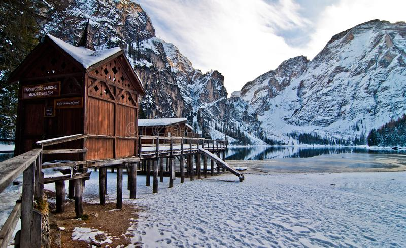 Небольшой дом на озере горы стоковая фотография