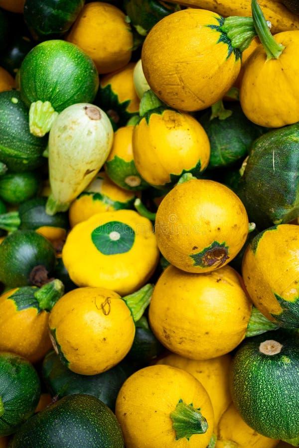 Небольшой желтый и зеленый сквош на рынке стоковые фото