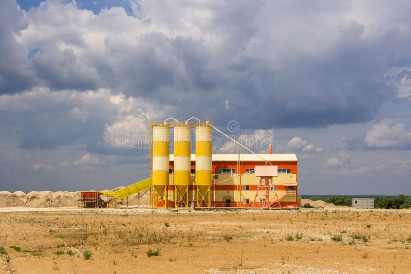 Небольшой завод по обработке песка расположенный около карьера песка стоковое изображение