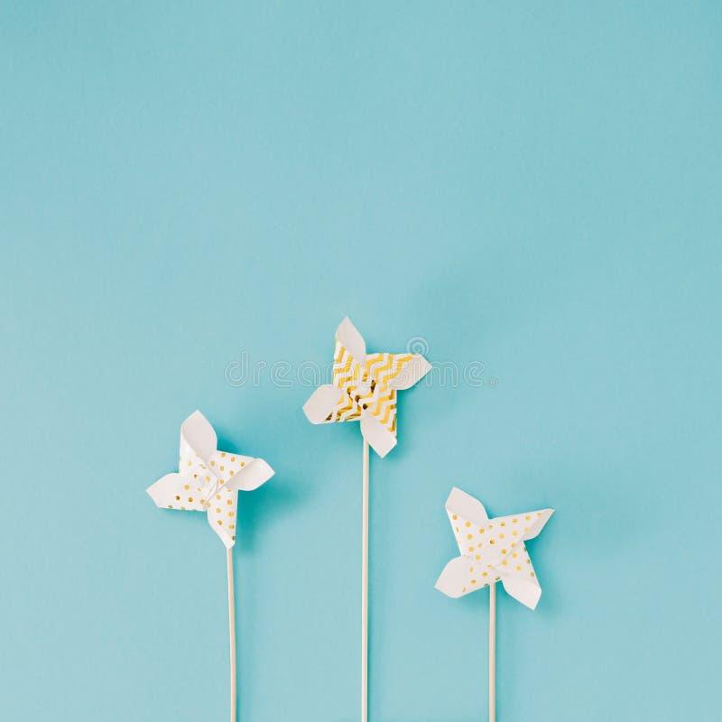 Небольшой золотой вентилятор игрушки Pinwheel стоковая фотография rf