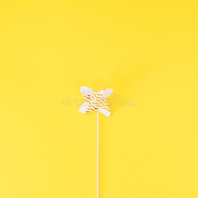 Небольшой золотой вентилятор игрушки Pinwheel стоковые фото
