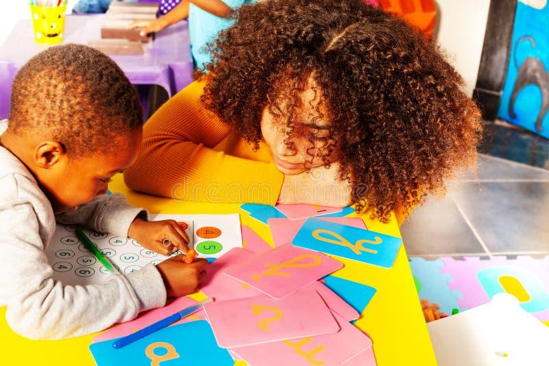 Небольшой мальчик выучить cursive алфавит, детский сад стоковое фото rf