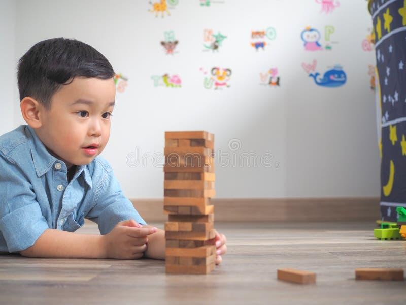 Небольшой ребенк играя с деревянными блоками стоковая фотография rf