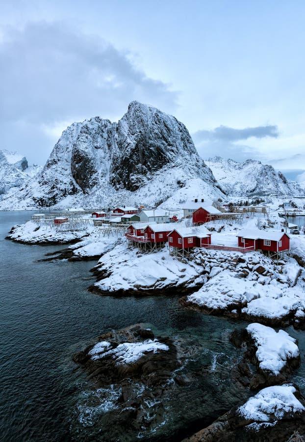 Небольшой рыбацкий поселок морем стоковое фото