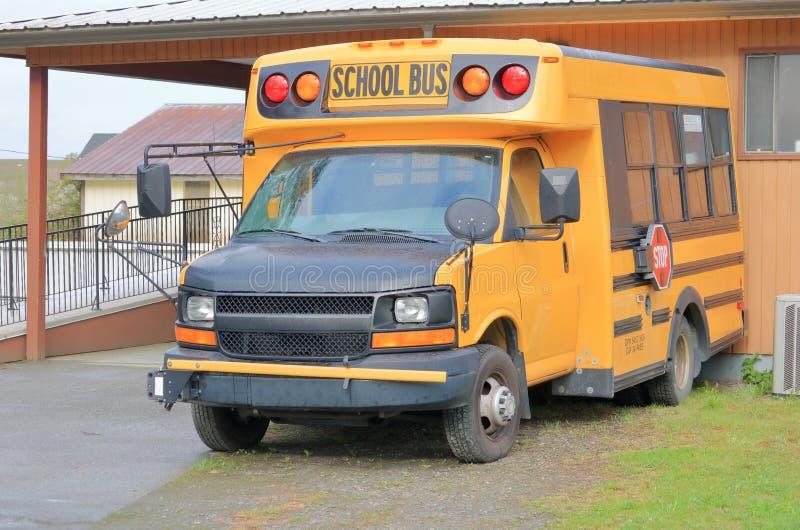 Небольшой сельский школьный автобус стоковая фотография