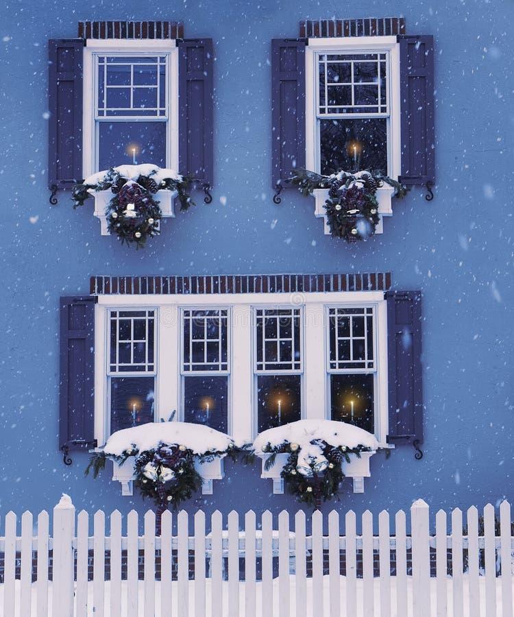 Небольшой уютный дом, окна украсил стоковые изображения rf