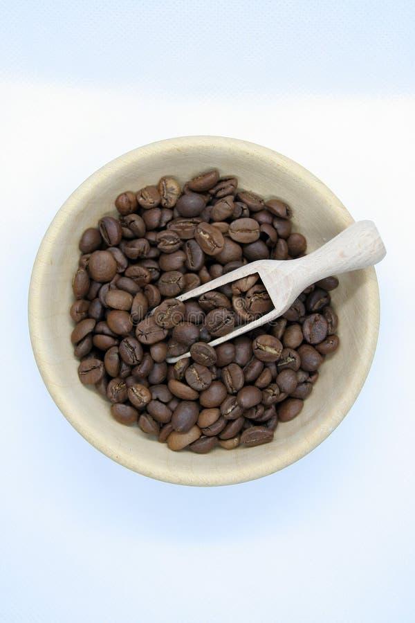 Небольшой шар сделанный деревянное полного зажаренных в духовке кофейных зерен зажаренный в духовке кофе фасолей стоковые фотографии rf