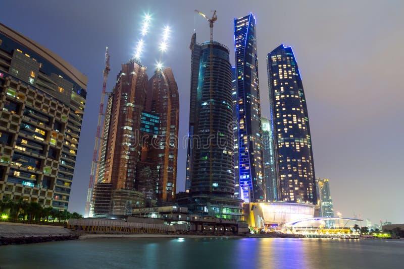 Небоскребы Абу-Даби на ноче стоковое изображение rf