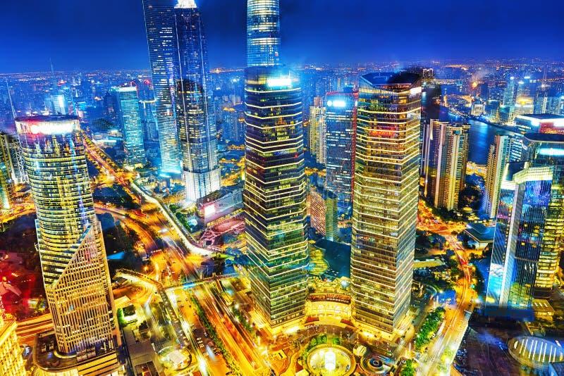 Небоскребы взгляда ночи, здание города Пудуна, Шанхая, Китая стоковое фото rf