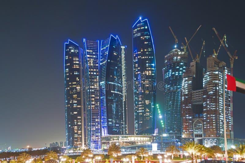 Небоскребы в Абу-Даби на ноче стоковые фотографии rf