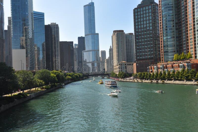 Небоскребы вдоль Рекы Чикаго, Чикаго стоковое изображение