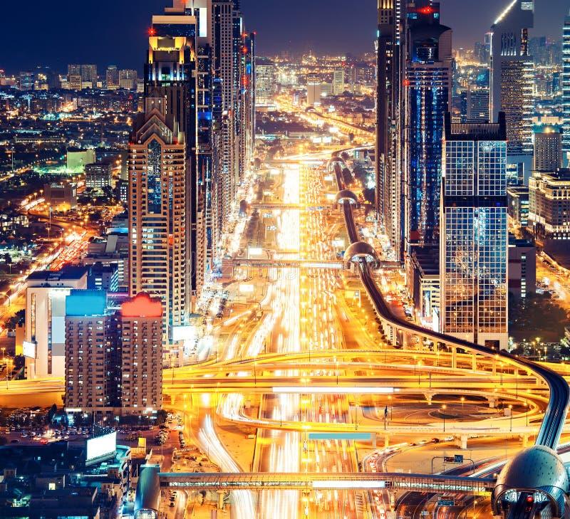 Небоскребы городского Дубай к ноча Вид с воздуха известного шоссе стоковое изображение rf
