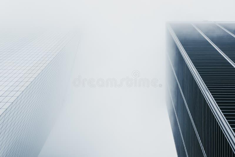 Небоскребы исчезают в тумане в Нью-Йорке, США стоковое фото rf