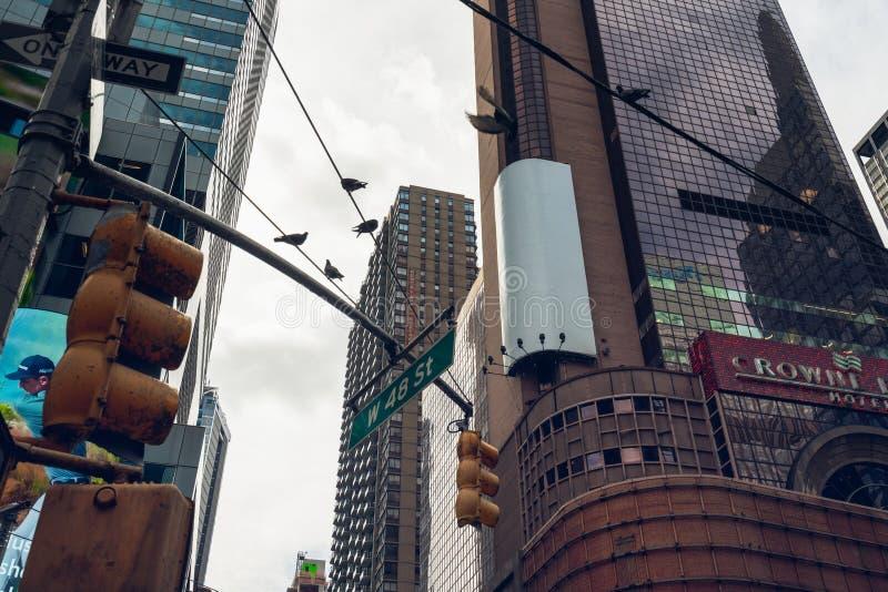 Небоскребы и светофор Пересечение Бродвей и 48th улицы Квадрат времени, Нью-Йорк стоковое фото