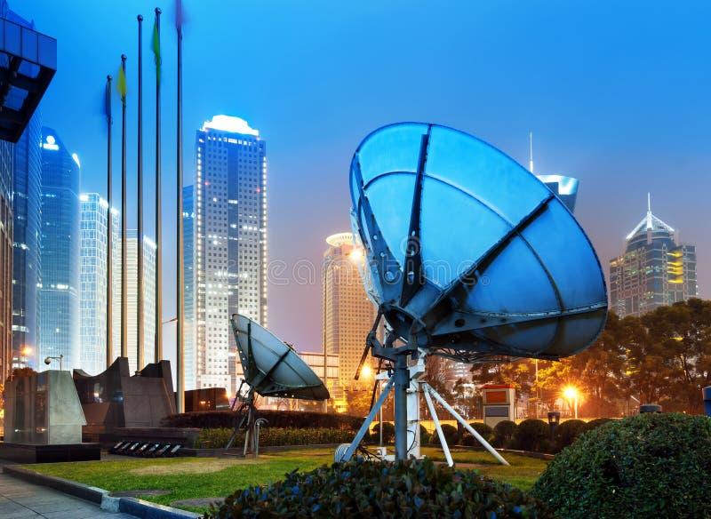 Download Небоскребы и спутниковая антенна Шанхая Стоковое Фото - изображение насчитывающей самомоднейше, landmark: 37930134