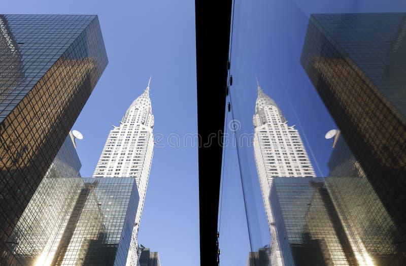Небоскребы Манхаттана отразили в окнах на заходе солнца, NYC стоковая фотография
