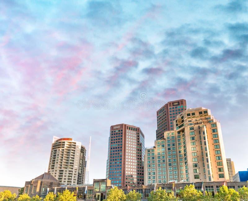 Небоскребы на заходе солнца - Виктория Мельбурна, Австралия стоковые фото