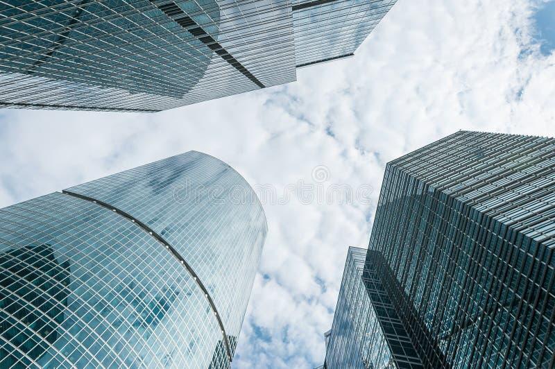 Небоскребы на заходе солнца смотря вверх перспективу Нижний взгляд современных небоскребов в финансовом районе в свете вечера на  стоковое изображение