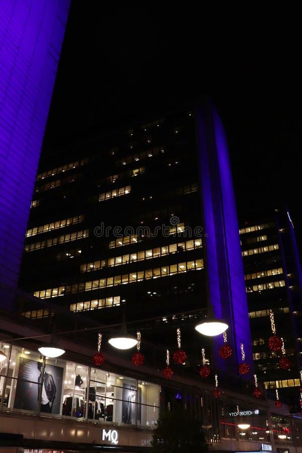 Небоскребы на Hötorget в сине-свете выравнивая освещение стоковые фотографии rf
