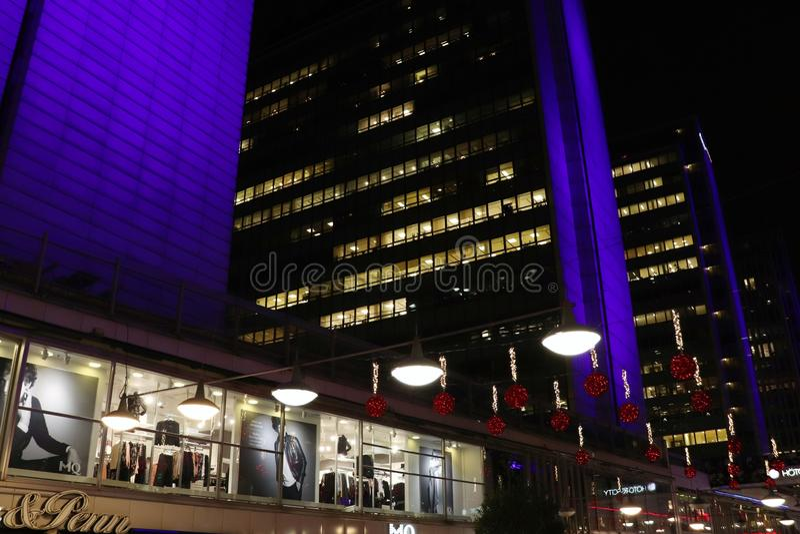 Небоскребы на Hötorget в сине-свете выравнивая освещение стоковая фотография rf