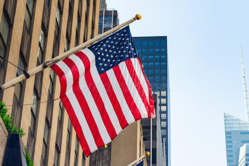 Небоскребы Нью-Йорка и американский флаг стоковое фото rf
