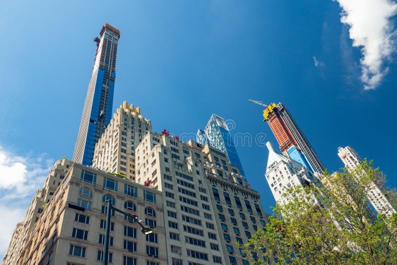 Небоскребы против облачного неба, Нью-Йорка стоковые фото