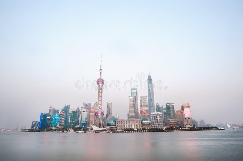 Небоскребы района Шанхая финансового на сумраке стоковое изображение rf