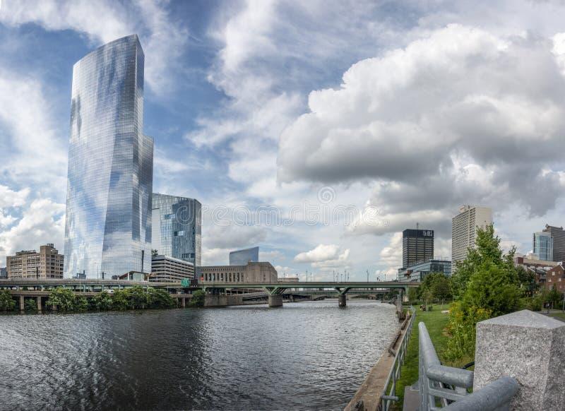 Небоскребы Филадельфии на реке Schuylkill стоковые фотографии rf
