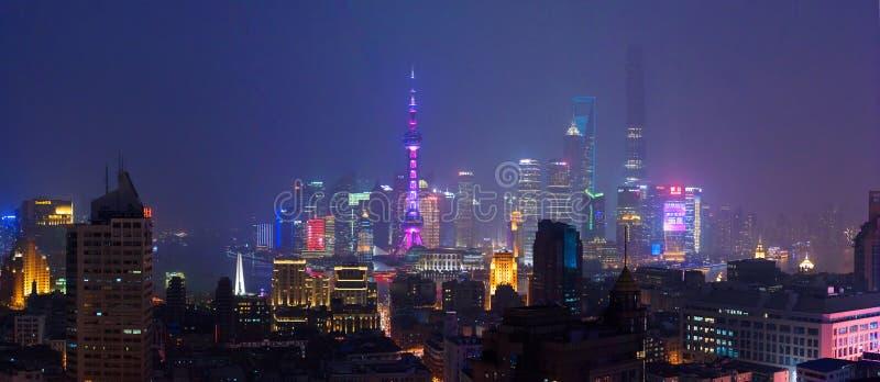 Небоскребы Шанхая на ноче стоковое изображение rf