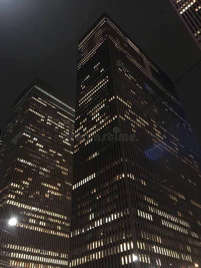 небоскребы york ночи города новые стоковые фотографии rf