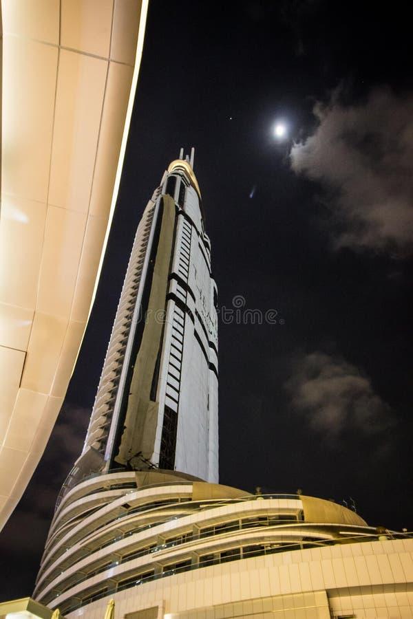 Небоскреб в Дубай на ноче стоковое изображение