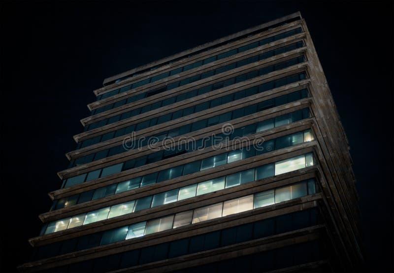 Небоскреб, город или метрополия в ночи стоковая фотография