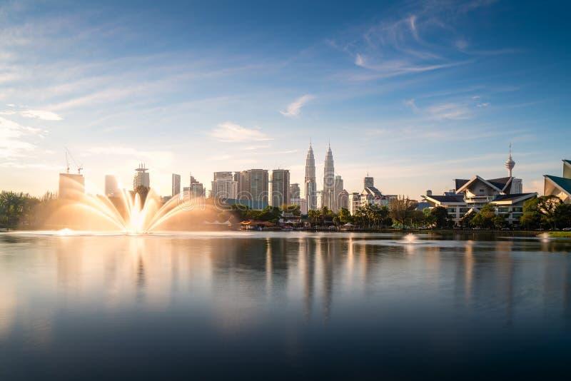 Небоскреб и fountation города Куалаа-Лумпур со славным утром неба на парке Titiwangsa в Куалае-Лумпур Малайзия r стоковая фотография