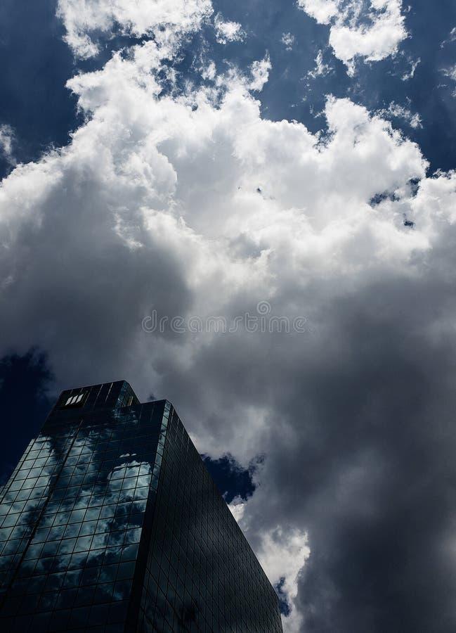 небоскреб на пасмурный день стоковое фото