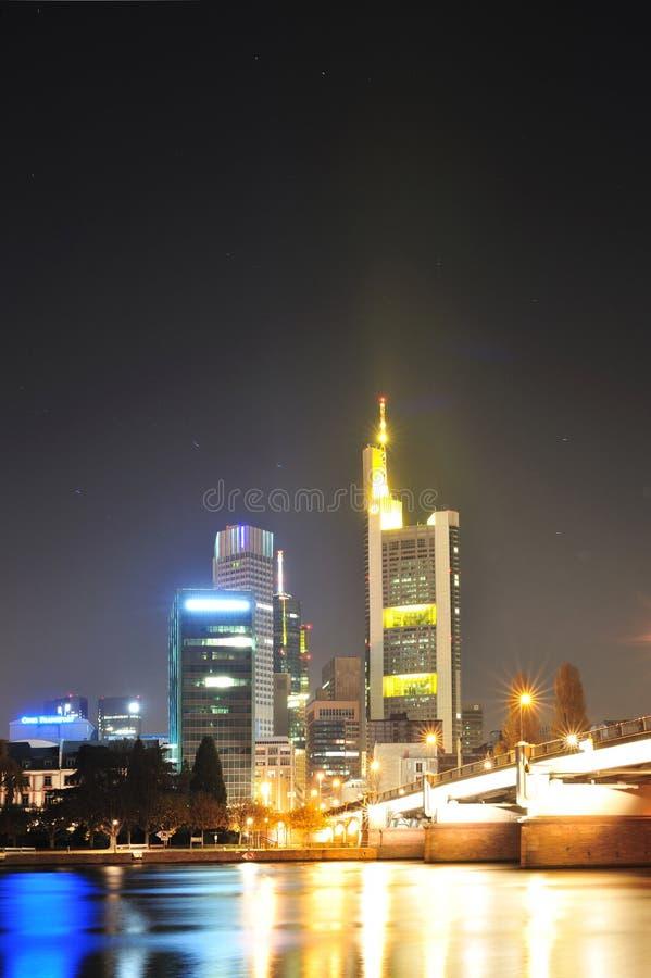 небоскреб ночи frankfurt города стоковые фотографии rf