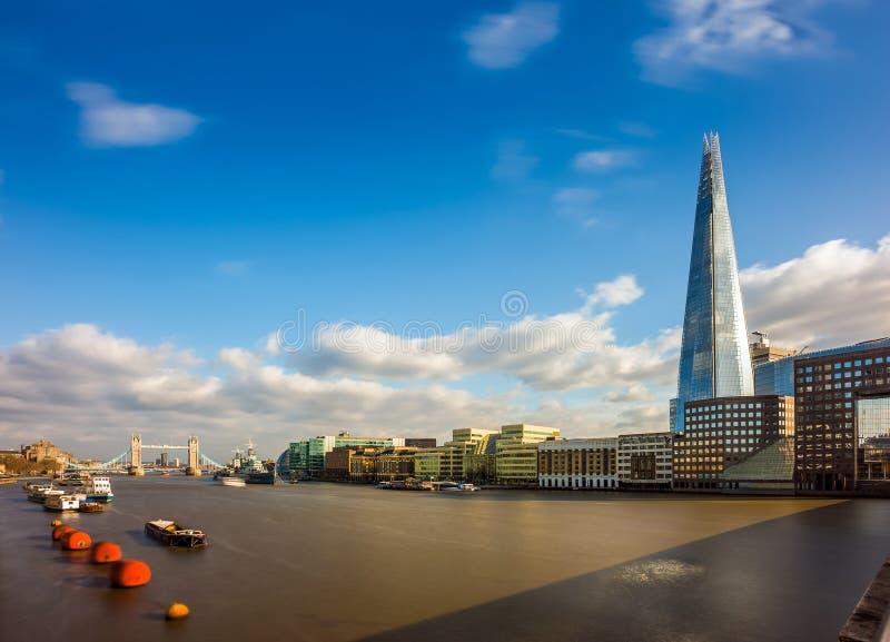 Небоскреб ` s Лондона, Англии - Лондона самый высокий с иконическим мостом башни на предпосылке на солнечном после полудня стоковое фото rf
