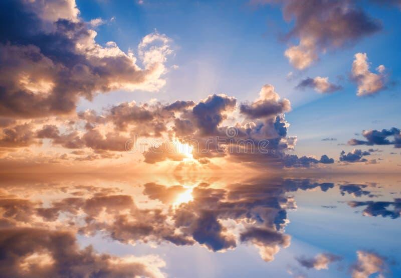 Небо вечера, небо захода солнца и облака над водой океана стоковые фото