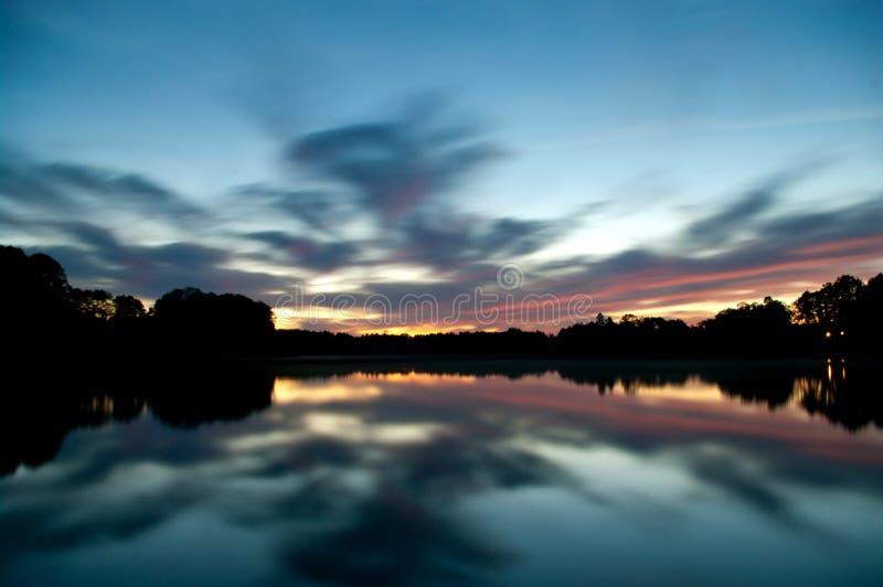 Небо вечера отражая в воде стоковая фотография rf