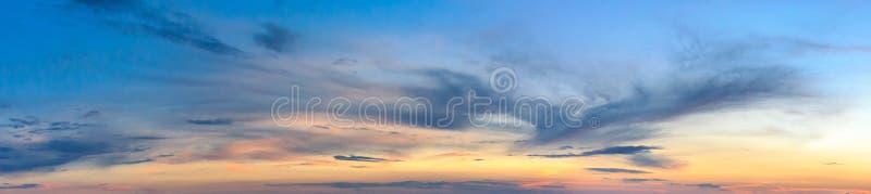 Небо вечера сумерек захода солнца Небо захода солнца с облаком в форме птицы Феникса Знамя в форме ponarama стоковая фотография