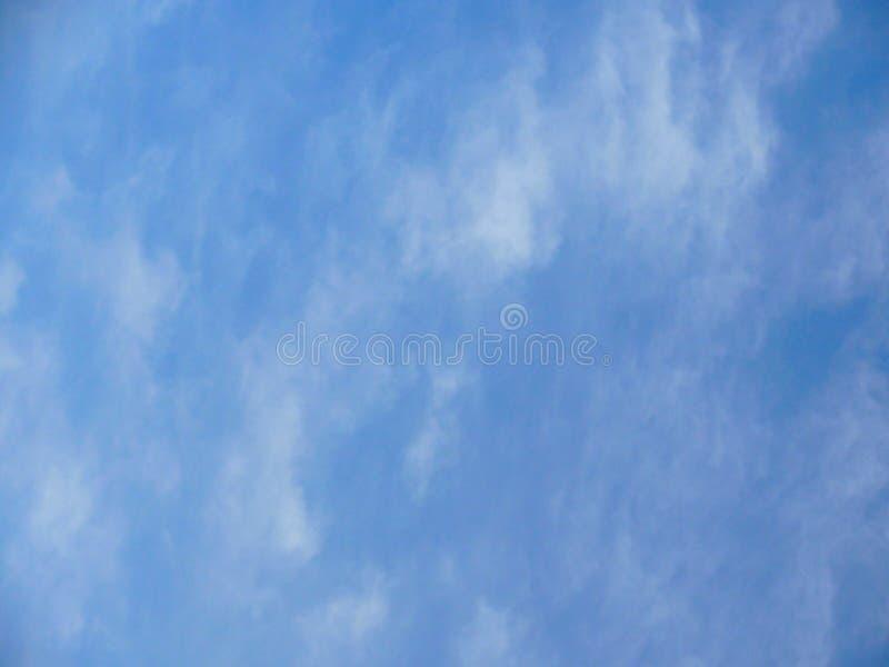 Небо взбрызнуто с редкими облаками стоковое фото rf