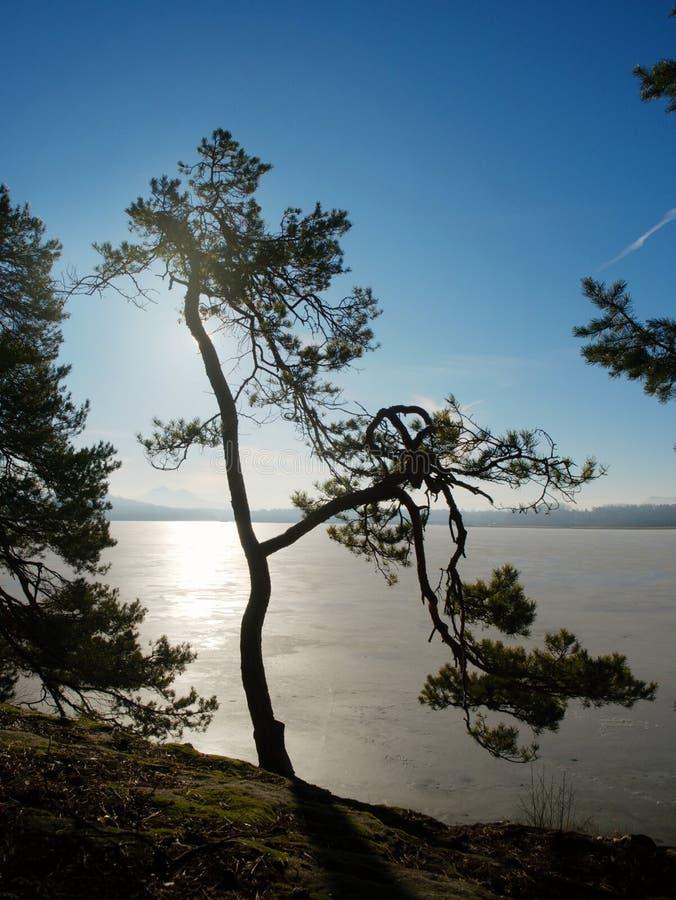 Небо восхода солнца красоты над замороженным озером воды между холмами стоковые изображения rf