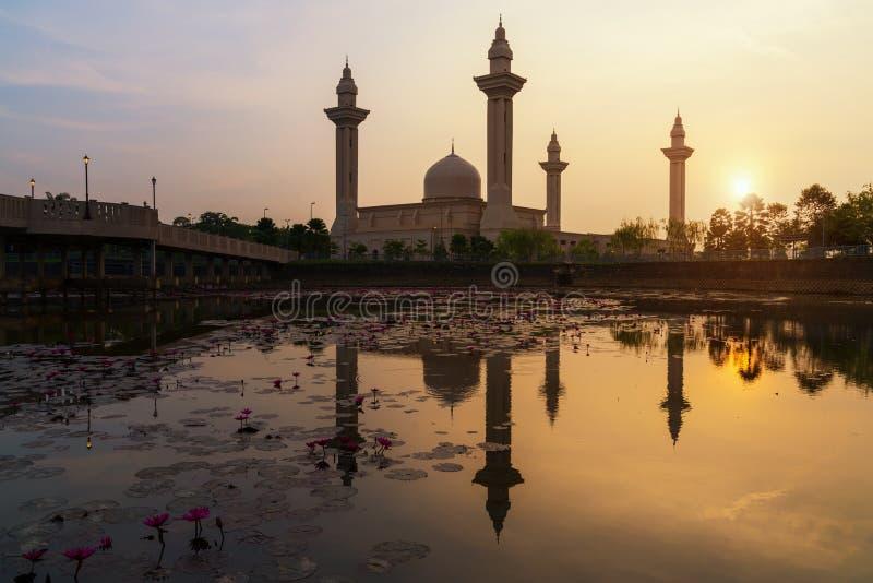 Небо восхода солнца утра Masjid Bukit Jelutong в Shah Alam около Куалаа-Лумпур, Малайзии Также как мечеть Tengku Ampuan стоковые изображения