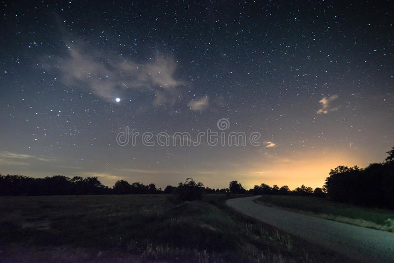Небо вполне stars… и пустой дороги - дела CândeÈ™ti стоковое фото rf